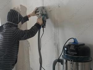 Штробление панельной стены с пылесосом