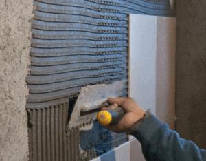 Как приклеить кафельную плитку на стену качественно своими руками