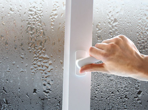 Конденсат на окне при повышенной влажности