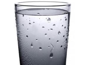 Охлажденный стакан с водой