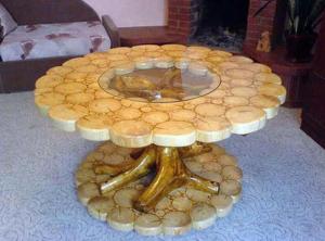 Оригинальный стол из спилов дерева