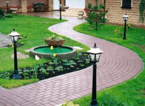 Садовая дорожка перед домом
