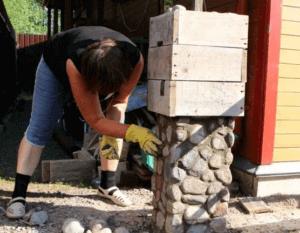 Каменный забор удачно вписывается в ландшафт