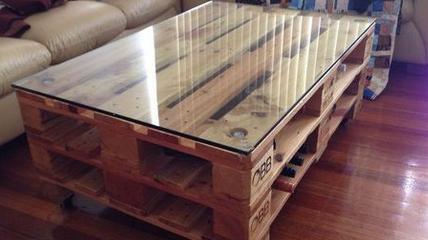 Журнальный стол из поддонов со стеклом