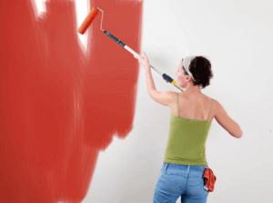 Процесс окрашивания стен