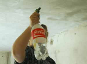 Увлажнение потолка с помощью распылителя