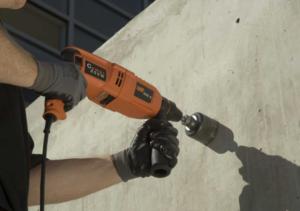Перфоратор со сверлом по бетону