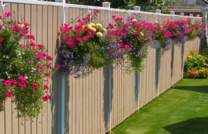 Простой забор с цветочными кашпо