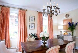 Коралловый текстиль в кухне-столовой