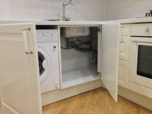 Стиральная машина в шкафу на кухне