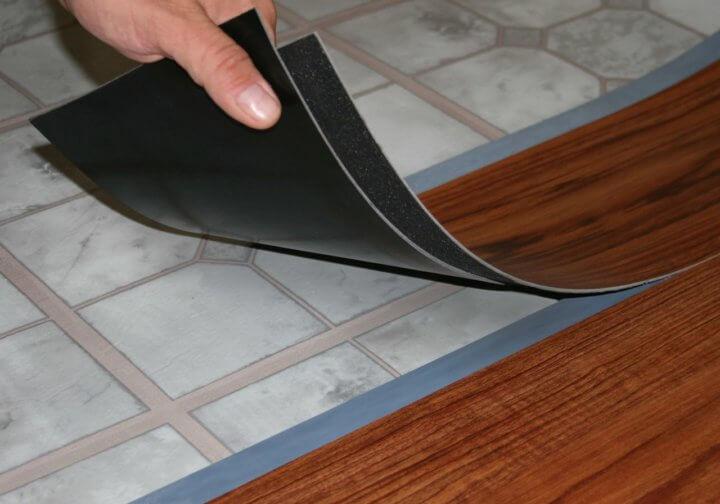Укладка самоклеящейся плитки