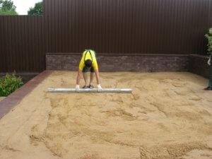 Выравнивание песчаной подушки