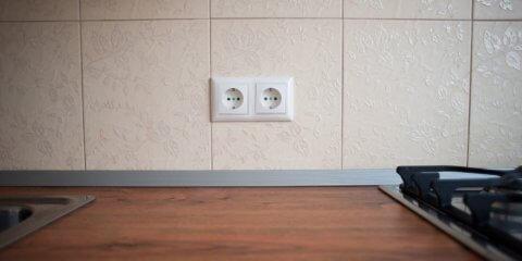 Розетка в керамической плитке на кухне