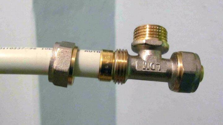соединение пластиковых труб с металлическими