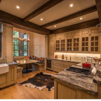 Деревянные балки в интерьере кухни: дизайнерские решения