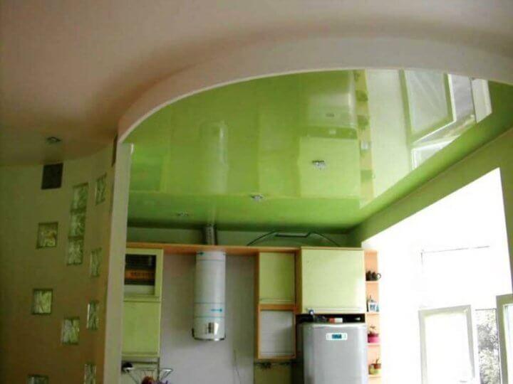 Глянцевый потолок на маленькой кухне