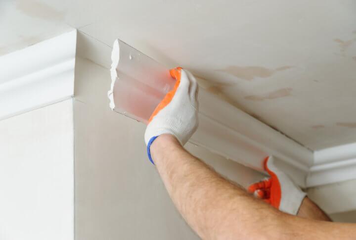 Монтаж потолочного плинтуса до натягивания потолка