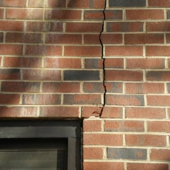 Трещина в стене дома: что делать, чтобы правильно решить проблему