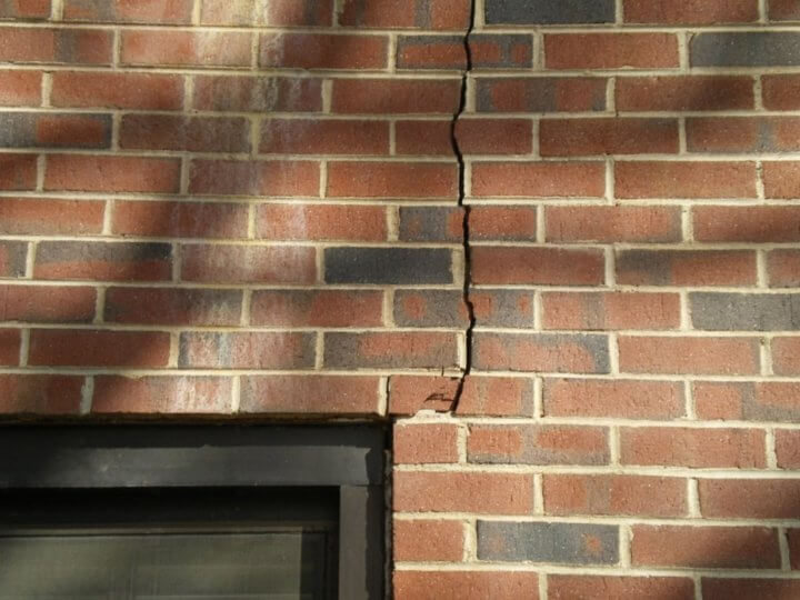 Трещина в стене дома