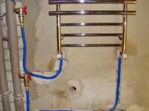 Для скрытия труб подводки применяют штробление стен