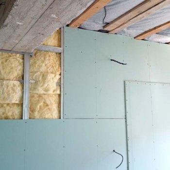 Крепеж гипсокартона к стене оштукатуренной, деревянной, из самана, каркасным способом и без профиля