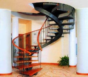 винтовая лестница отделанная ламинатом