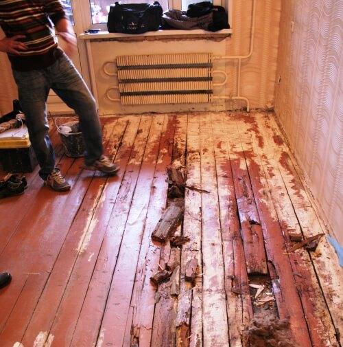 старый деревянный пол, требующий реставрации