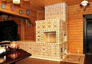 Печь в деревенском стиле облицованная изразцами